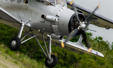 Doppeldecker bei der Landung