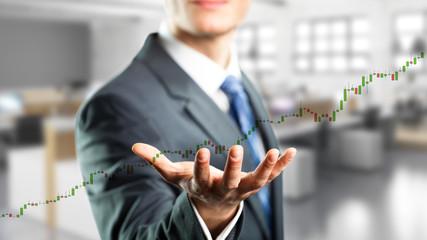 Geschäftsmann mit langem Aufwärts-Trend