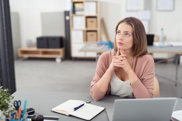 konzentrierte frau im büro