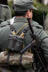 Soldato tedesco della seconda guerra mondiale con pistola mitragliatrice