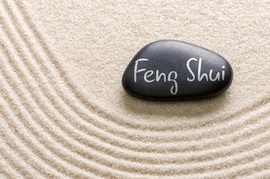 Schwarzer Stein mit der Aufschrift Feng Shui