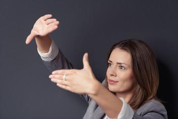 frau schaut durch ihre hände und stellt sich etwas vor