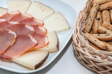 Plato de queso y lomo embuchado