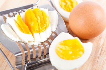 Egg cutter and cutted eggs