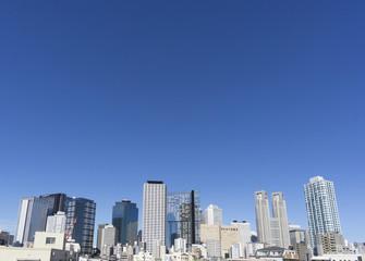 東京都庁と新宿高層ビル群 快晴青空 コピースペース 再開発中の西新宿5丁目より望む 新しいビルが竣工しています 2015年7月撮影