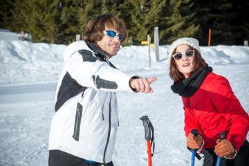 Jeune couple au ski