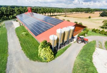 Schweinemaststall mit großflächiger PV-Anlage, Luftbild