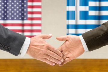 Vertreter der USA und Griechenlands reichen sich die Hand