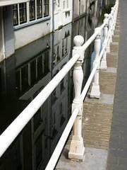 Geländer an einer Gracht in den Niederlanden