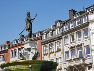 Aachen Karlsbrunnen mit Häuserfassade