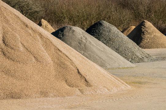 Materiallager Bruchstein und Splitt als kegelförmige Haufen