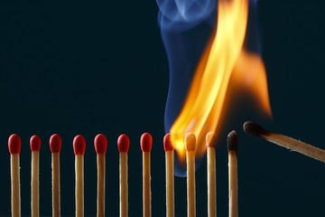 マッチに火をつける