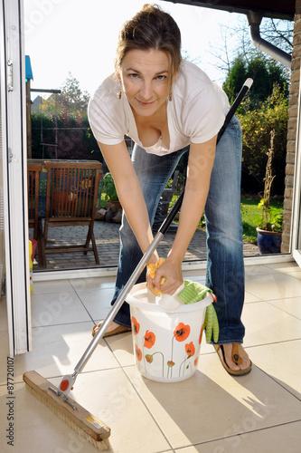 Frau wischt boden mit besen aufnehmer und putzeimer for Boden putzen