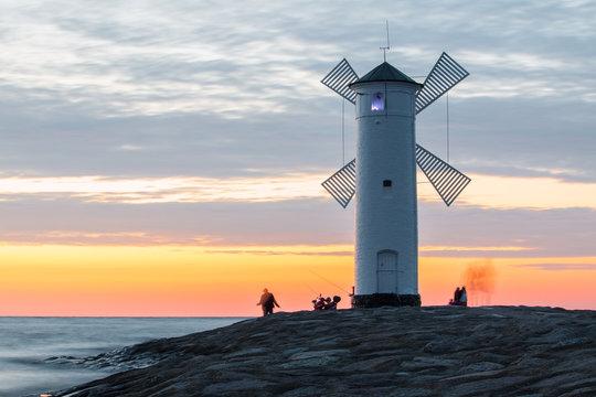 Sonnenuntergang am Leuchtturm Mühlenbake (Stawa Młyny) in Swinemünde