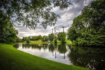 Olympiapark in München unter wolkenbedecktem Himmel