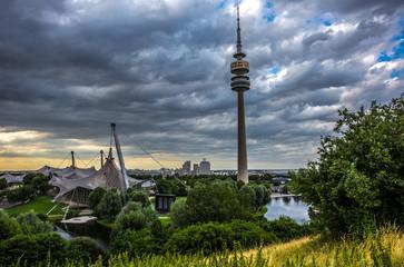 Olympiaturm in München am Abend