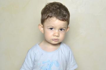 Niño mostrando gesto de tristeza