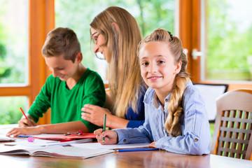 Lehrerin gibt Nachhilfe für die Schule