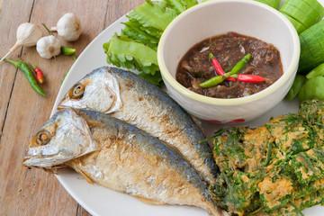 Obraz Fried mackerel with shrimp paste sauce and various vegetables  (Nam Prik Ka Pi), Thai Food - fototapety do salonu