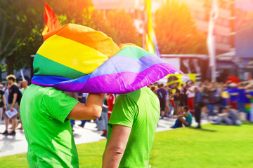 Zwei Männer mit Flagge auf dem Christopher Street day