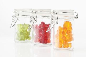 Vielzahl von Gummibärchen in einem Einmachglas auf weißem Hintergrund
