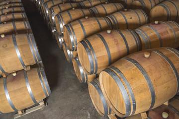 Tonneaux de vin dans une cave
