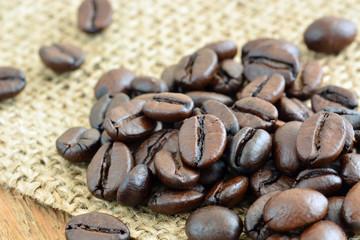 Kaffeebohnen - Geröstet auf Jute / Makro