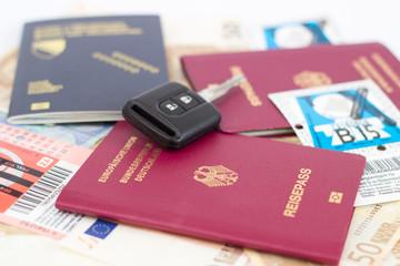 Reisepässe Mit Autoschlüssel Und Autobahn Vignetten Für Österreich Und  Slowenien