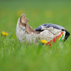 Kaputter Fussball auf der Wiese