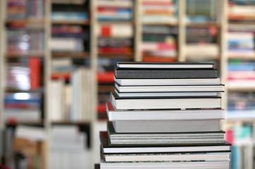 Bildbände vor Bücherregal