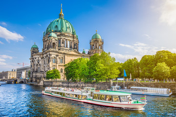 In de dag Berlijn Famous Berlin Cathedral at Museumsinsel with excursion boat on Spree river at sunset, Berlin, Germany