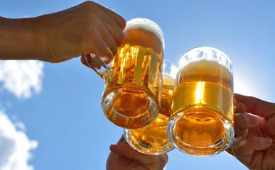 anstoßen mit bier