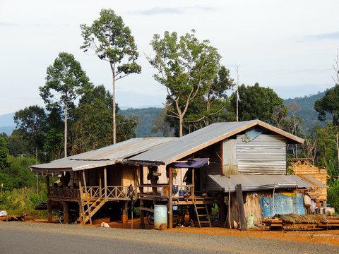 Cabane laotienne en bord de route