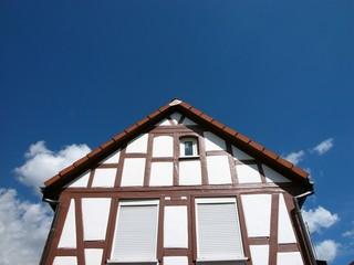 Kleines Fachwerkhaus mit geschlossenen Rollläden in Wettenberg Krofdorf-Gleiberg