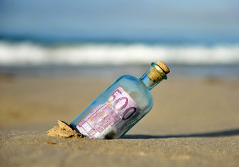 Billete de 500 euros en una botella encontrada en la playa