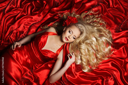Woman Hair Style Fashion Model Long Curly Hair Girl Lying Red Photo Libre De Droits Sur La