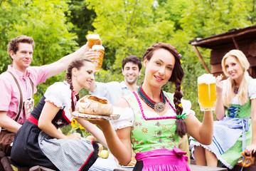 Gruppe mit Bier und Brezen Oktoberfest, Biergarten