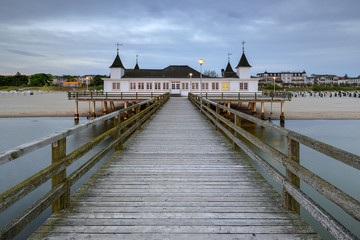 Foto auf AluDibond Neuseeland Pier before dawn, Baltic Sea, Ahlbeck (Heringsdorf) Germany