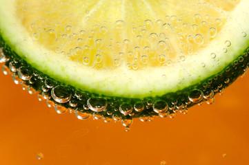 Plaster limonki na pomarańczowym tle