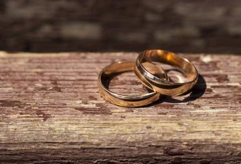 Свадебные кольца на деревянном фоне