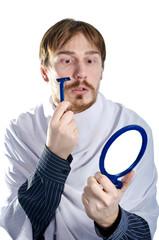 бородатый мужчина бреется