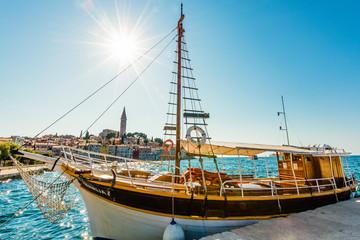 Stadt an der Adria mit Boot