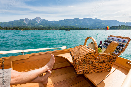 picknick am boot beim see fotos de archivo e im genes libres de derechos en. Black Bedroom Furniture Sets. Home Design Ideas