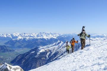 eine Gruppe Freerider beim Aufstieg am Kitzsteinhorn