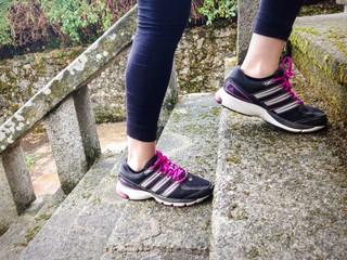 Mujer deportista subiendo las escaleras corriendo