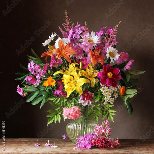 Букет из садовых цветов в корзине