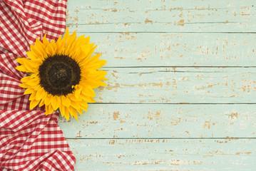 Holz Tafel Schild Karte mit Tischtuch und Blüte im Country Style