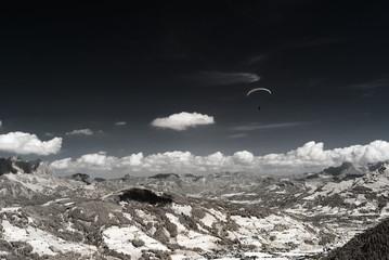 Alpen und Gleitschirme in Infrarot