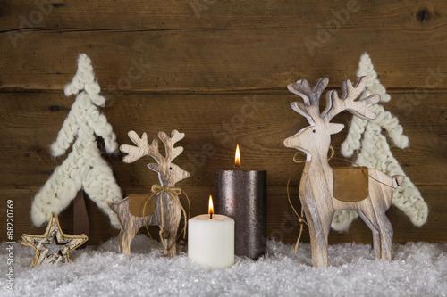 Natürliche Weihnachtsdekoration Mit Holz, Kerzen Und Wolle Auf Holz  Hintergrund Als Weihnachtskarte.