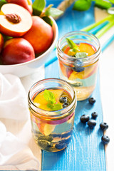 Green iced tea with nectarines and blueberries